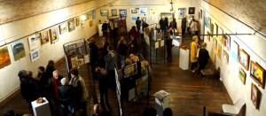 Un public nombreux pour admirer poèmes et peintures.